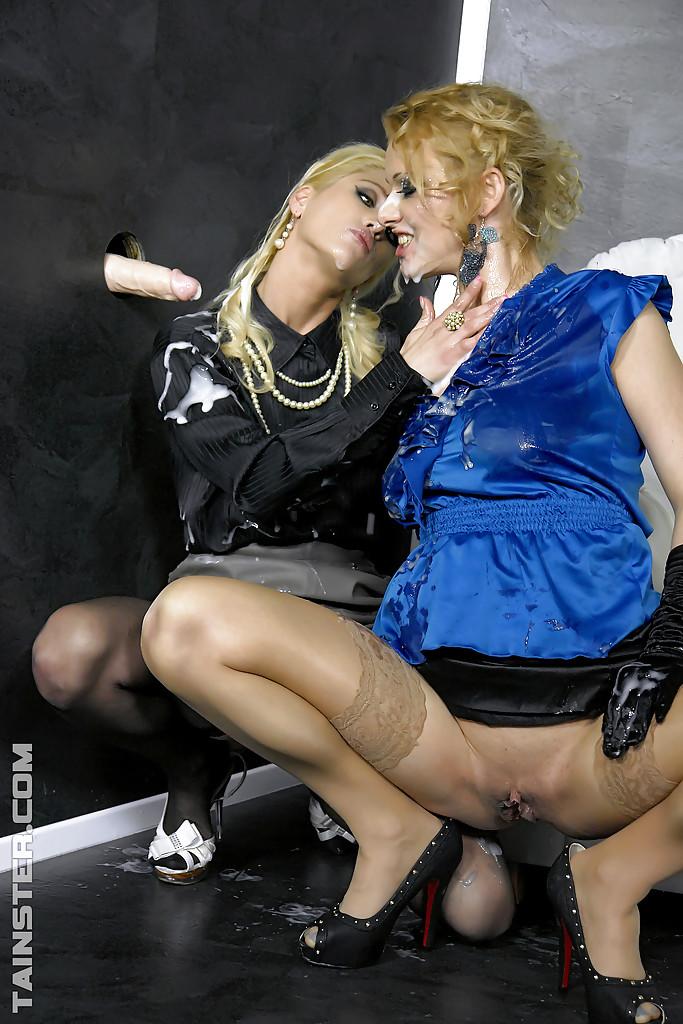 Лесбиянки в чулках трахаются с дилдо в стене и практикуют фут-фетиш 5 фото