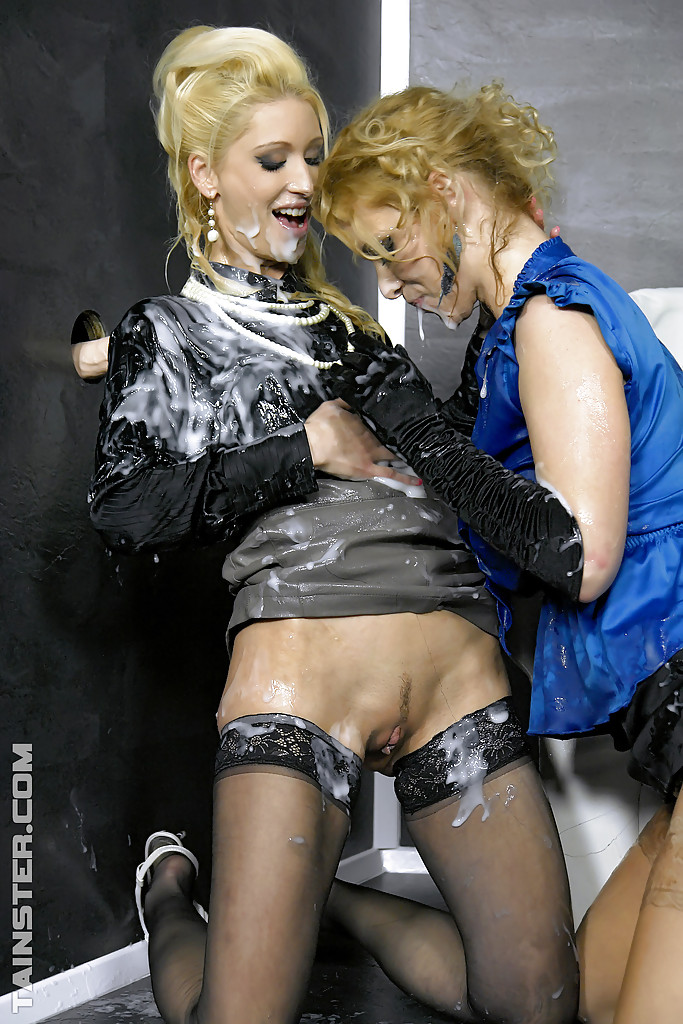 Лесбиянки в чулках трахаются с дилдо в стене и практикуют фут-фетиш 7 фото