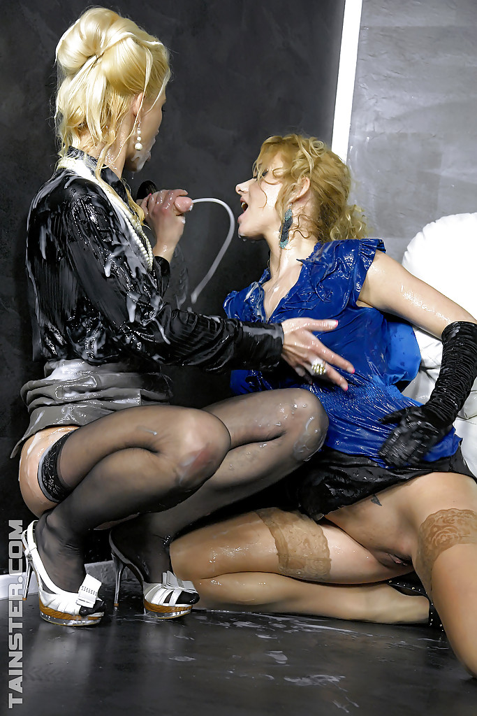 Лесбиянки в чулках трахаются с дилдо в стене и практикуют фут-фетиш 8 фото