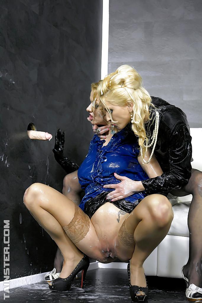 Лесбиянки в чулках трахаются с дилдо в стене и практикуют фут-фетиш 9 фото