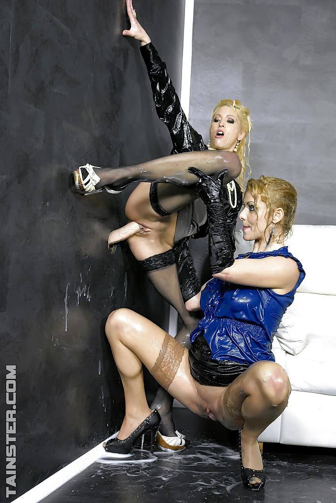 Лесбиянки в чулках трахаются с дилдо в стене и практикуют фут-фетиш 13 фото