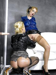 Лесбиянки в чулках трахаются с дилдо в стене и практикуют фут-фетиш