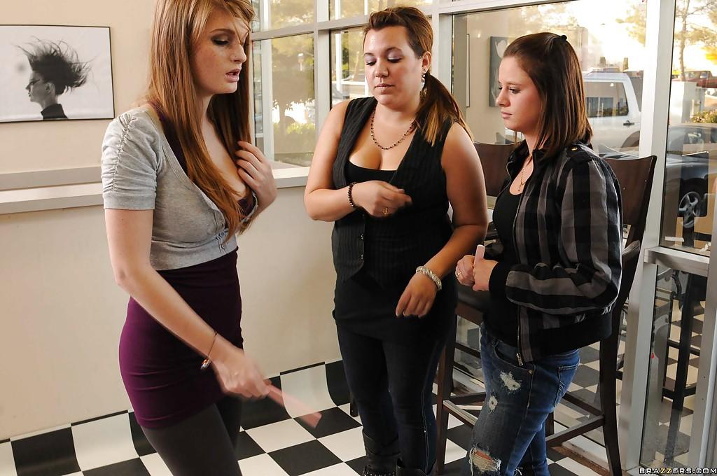 Лесбийская оргия в парикмахерской с секс игрушками и куни 3 фото