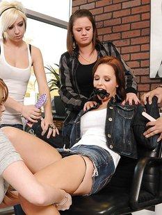 Лесбийская оргия в парикмахерской с секс игрушками и куни