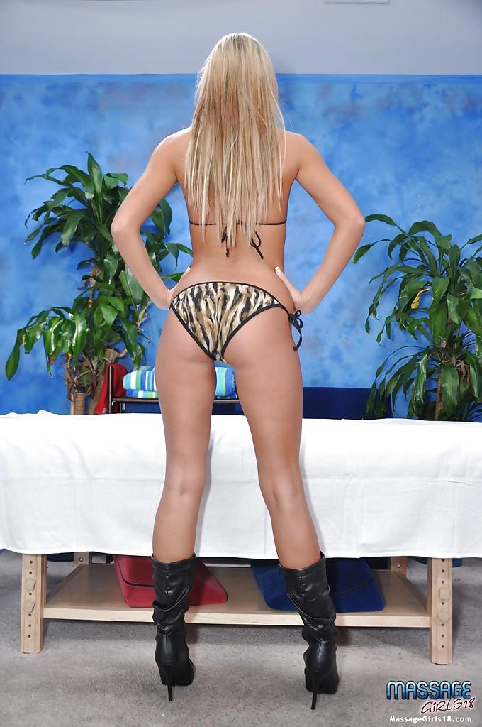 Блондинка снимает трусики и засвечивает упругую попку 5 фото