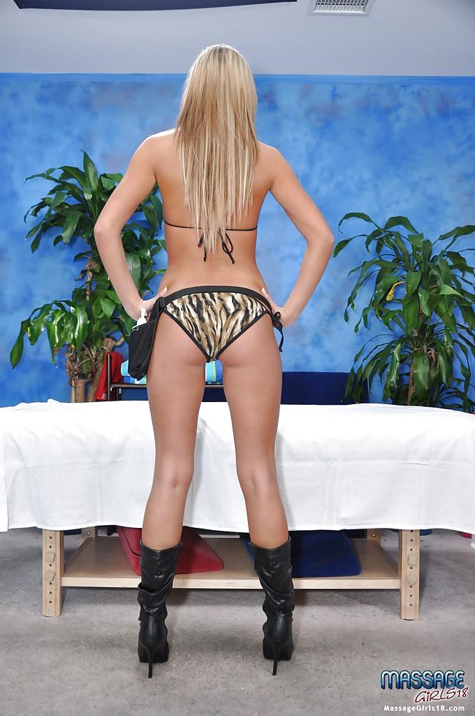 Блондинка снимает трусики и засвечивает упругую попку 9 фото