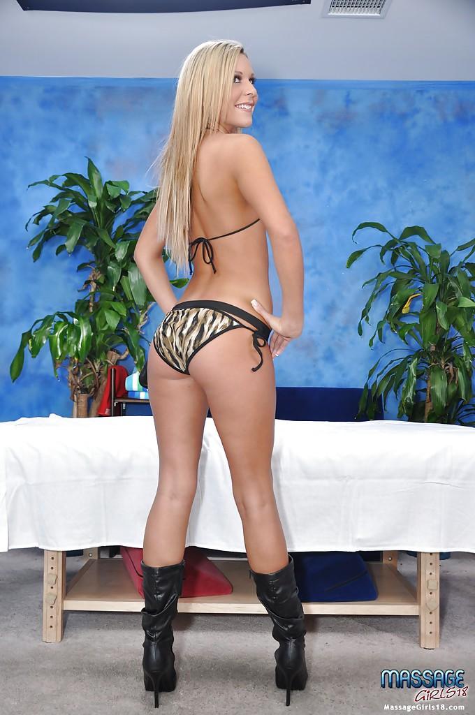 Блондинка снимает трусики и засвечивает упругую попку 10 фото