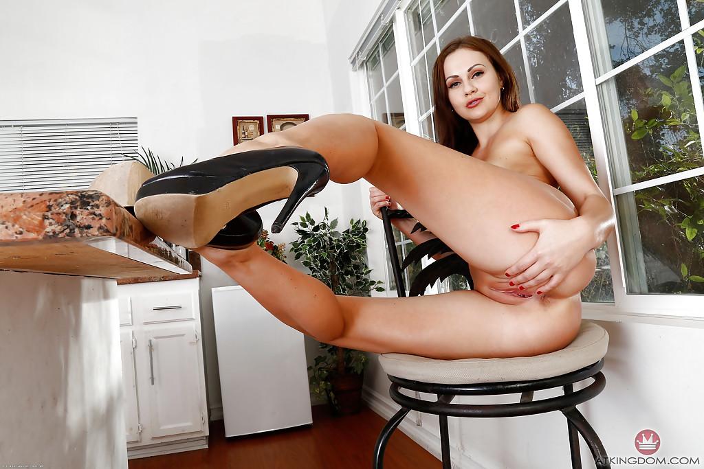 Голая латвийка Тина Кай распахнула раздолбанную вагину 14 фото