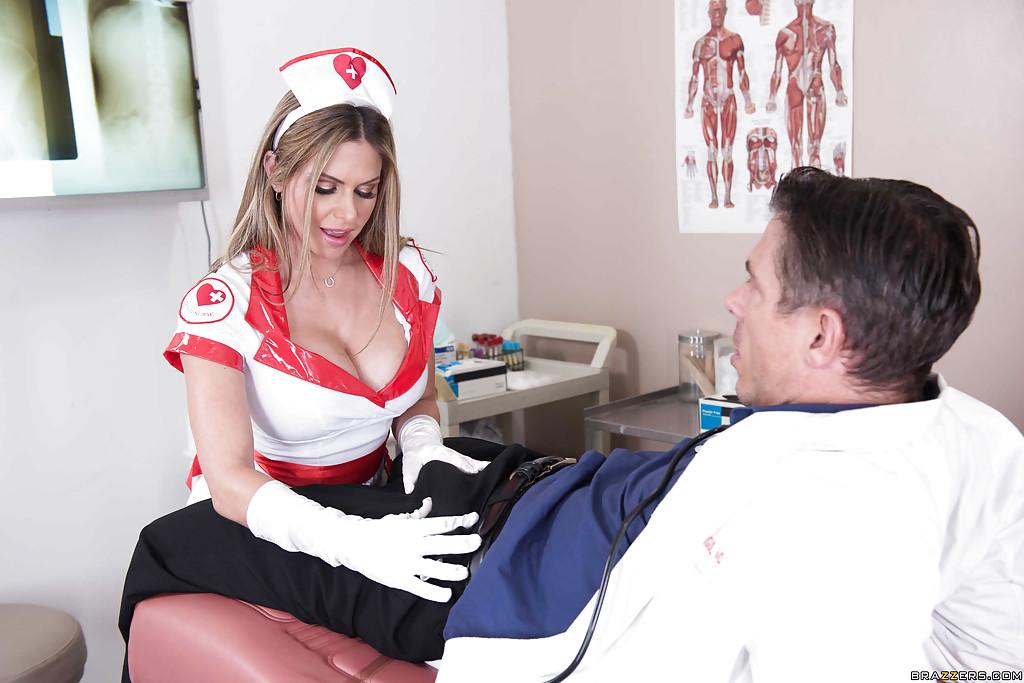 Сиськастая медсестра трахается с доктором на столе 1 фото