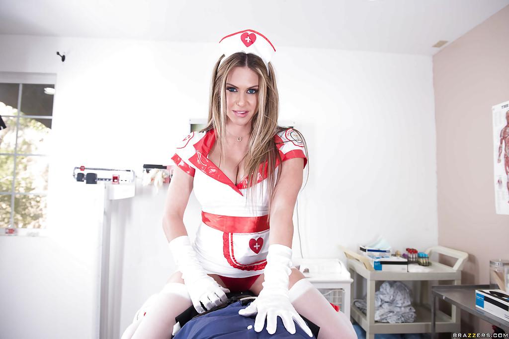 Сиськастая медсестра трахается с доктором на столе 2 фото