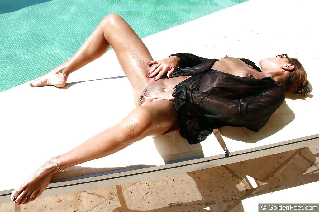 Англичанка показывает лысую письку и выпячивает попку возле басейна 11 фото