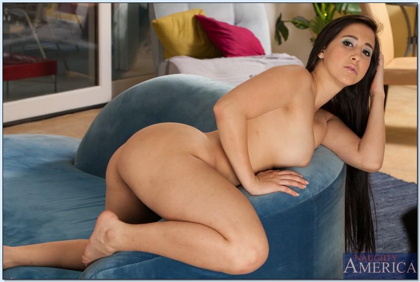 Длинноволосая латинка Валери Кей разделась и легла на диван 12 фото