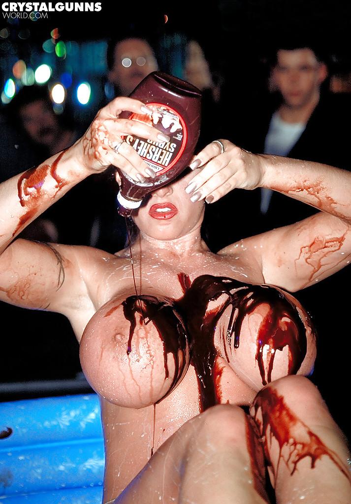 Мамуля обмазывает себя шоколадом в стрипклубе 5 фото