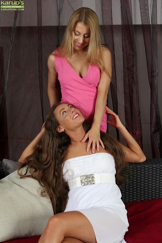 Лесбийский секс с куни двух симпатичных мамок 1 фото