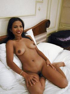 30летняя азиатка сняла нижнее белье в номере отеля на постели