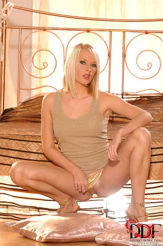 Горячая блондинка встала раком и раздевается в спальне 5 фото