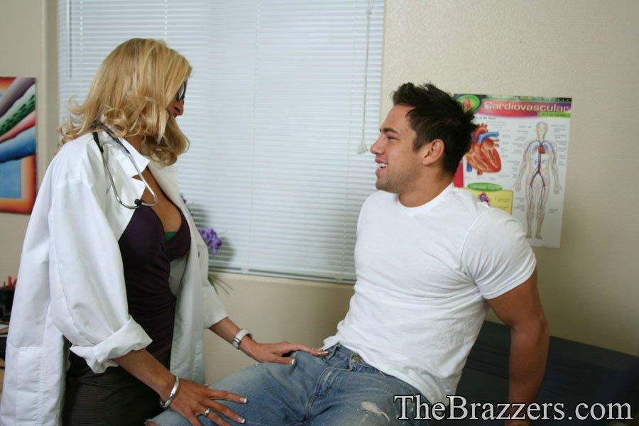 Докторша трахается раком с пациентом у себя в кабинете 1 фото