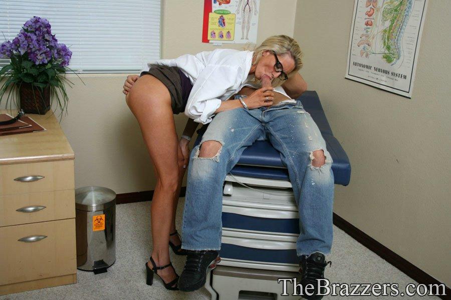 Докторша трахается раком с пациентом у себя в кабинете 4 фото