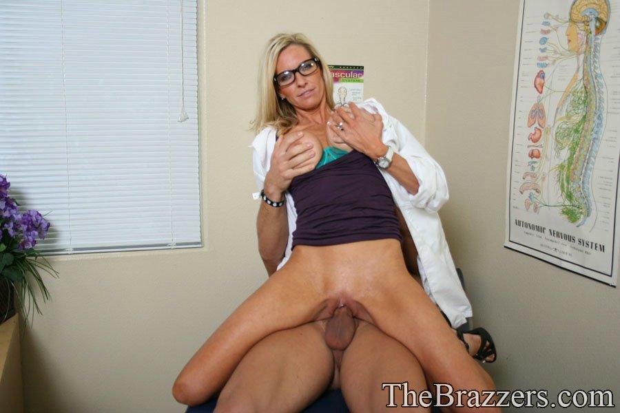 Докторша трахается раком с пациентом у себя в кабинете 11 фото