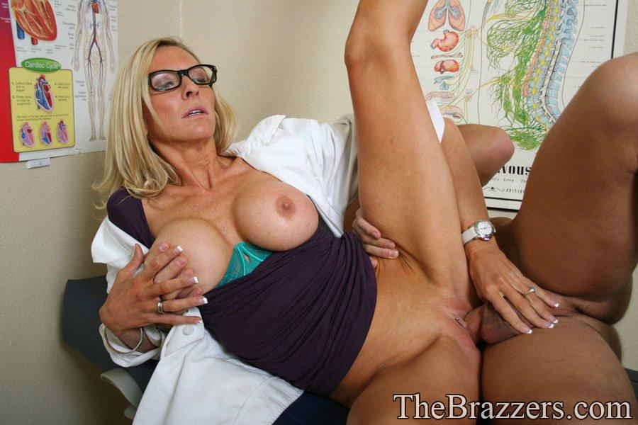 Докторша трахается раком с пациентом у себя в кабинете 13 фото