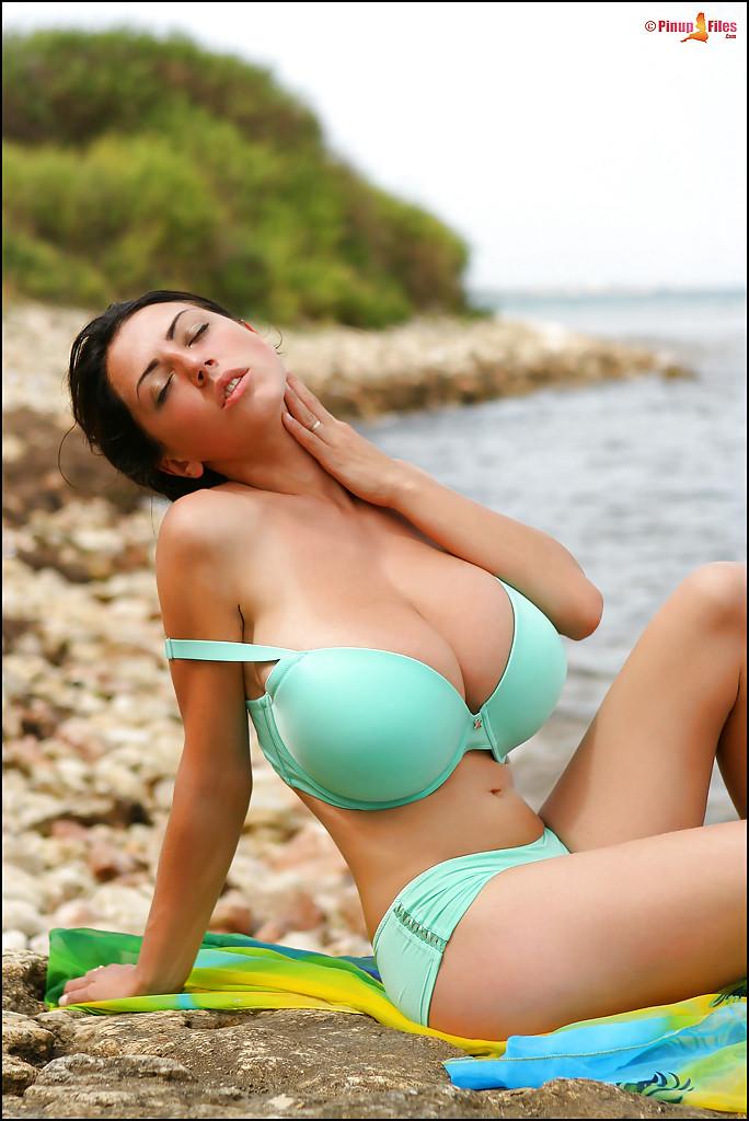 Грудастая деваха позирует на берегу моря 1 фото