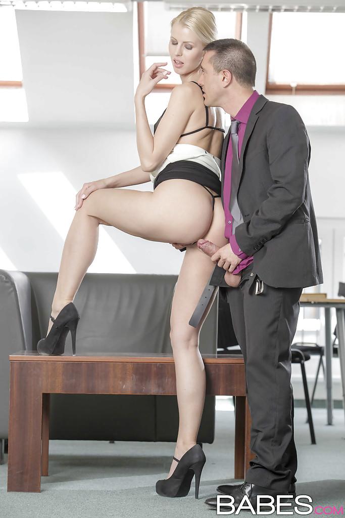 Шведская секретарша за 30 отдалась шефу в кабинете 4 фото