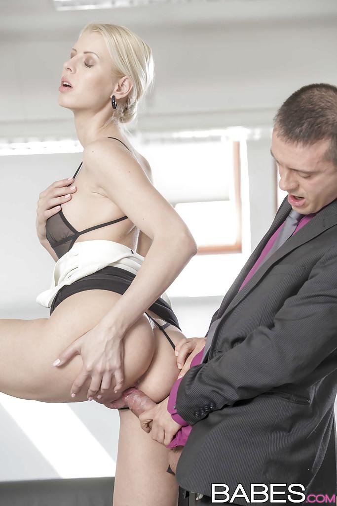 Шведская секретарша за 30 отдалась шефу в кабинете 5 фото