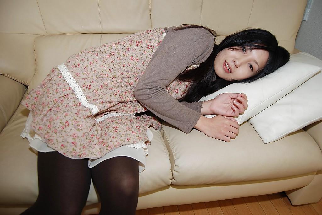 Молодая азиатка раздвигает половые губы волосатой манды 1 фото