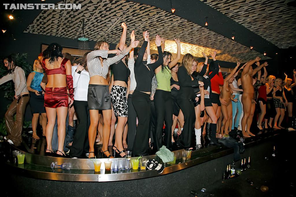 Пьяные телки трахаются с незнакомцами после вечеринки 15 фото