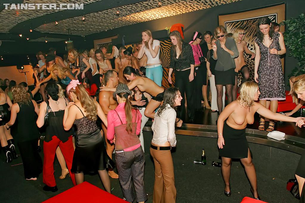Пьяные телки трахаются с незнакомцами после вечеринки 16 фото