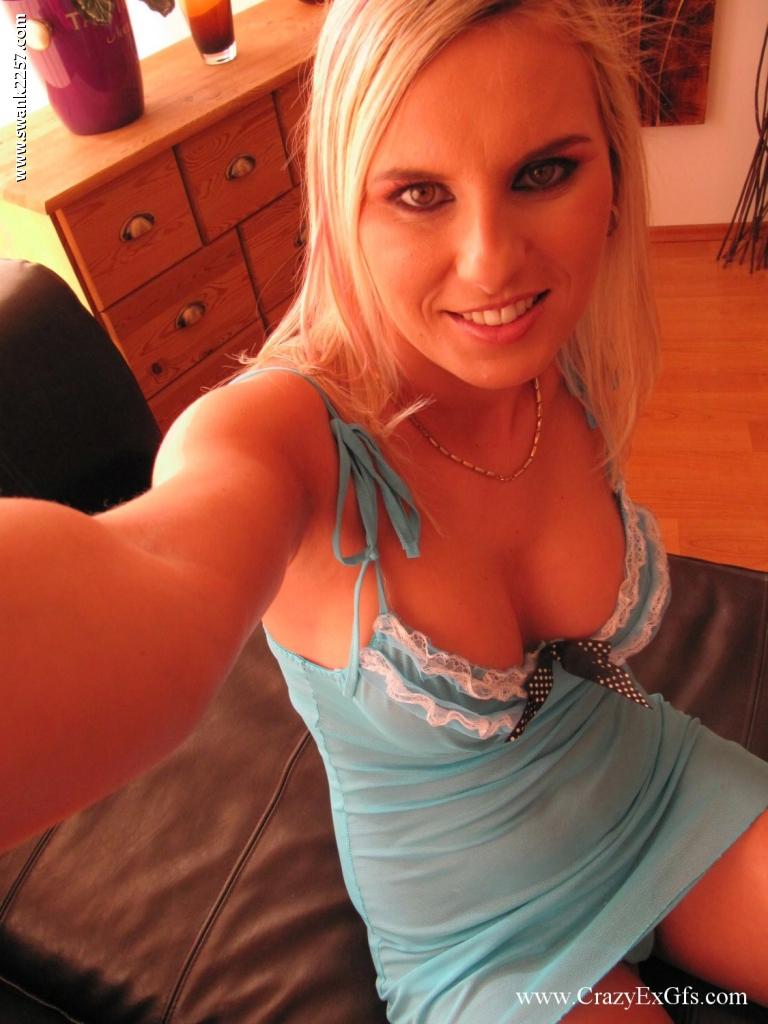 Смазливая блонда показывает сиськи и бритую киску 1 фото