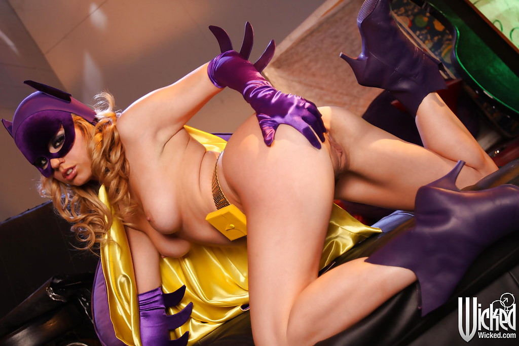 Блондинка в костюме супергероини Batgirl оголяет прелести 13 фото