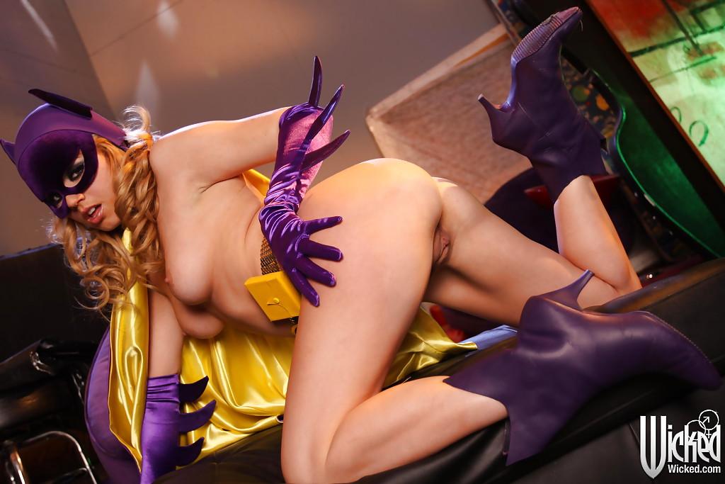 Блондинка в костюме супергероини Batgirl оголяет прелести 14 фото