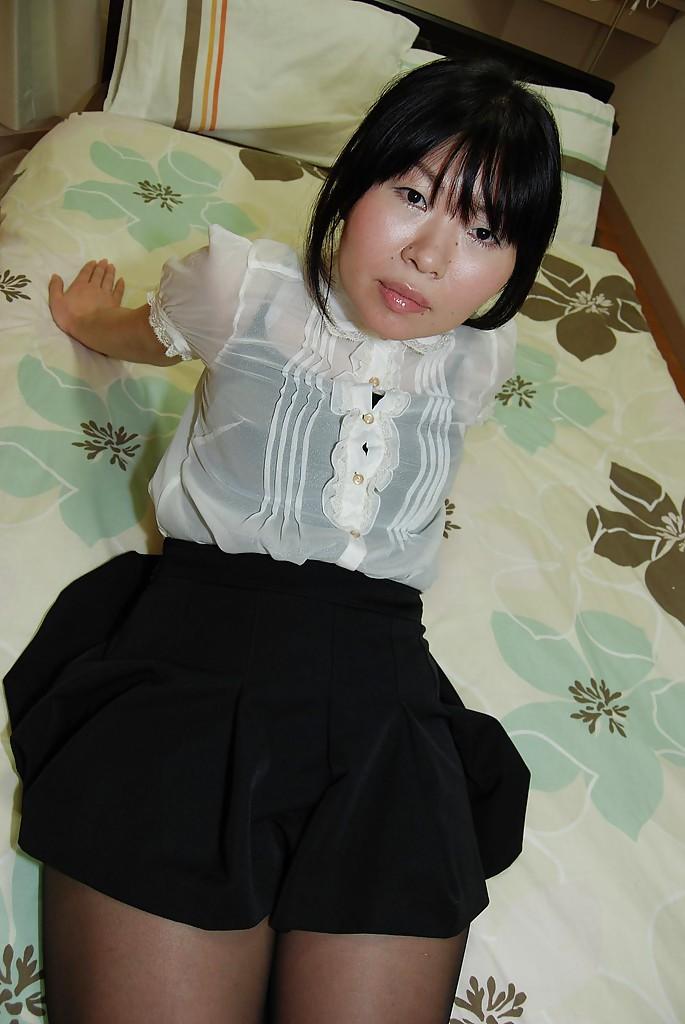 Азиатка сняла юбку на кровати и любовник сунул ей в киску палец 2 фото