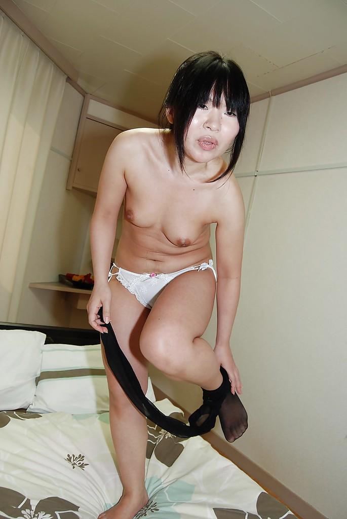 Азиатка сняла юбку на кровати и любовник сунул ей в киску палец 6 фото