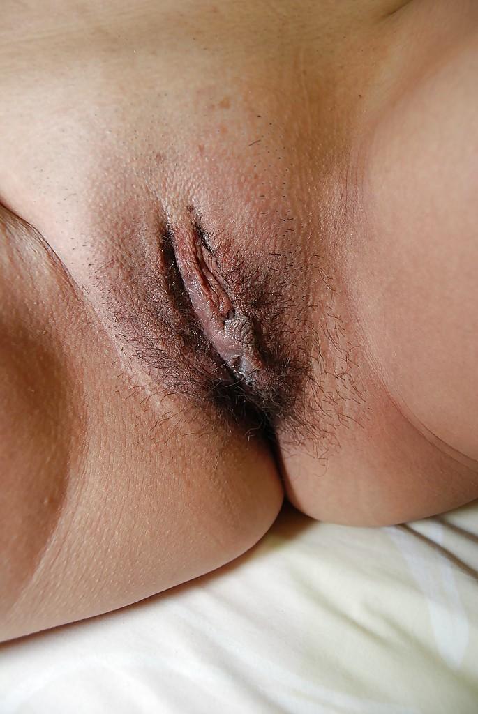 Азиатка сняла юбку на кровати и любовник сунул ей в киску палец 10 фото