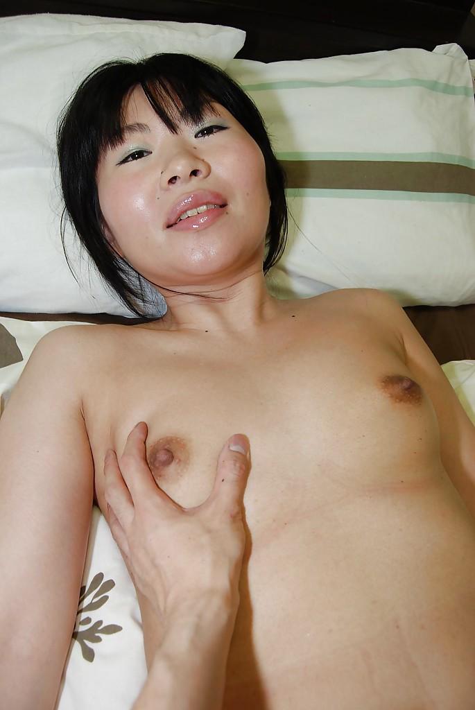 Азиатка сняла юбку на кровати и любовник сунул ей в киску палец 13 фото