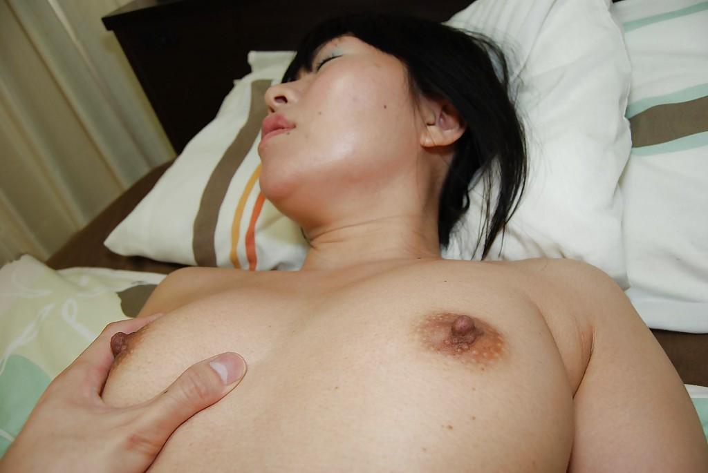 Азиатка сняла юбку на кровати и любовник сунул ей в киску палец 14 фото