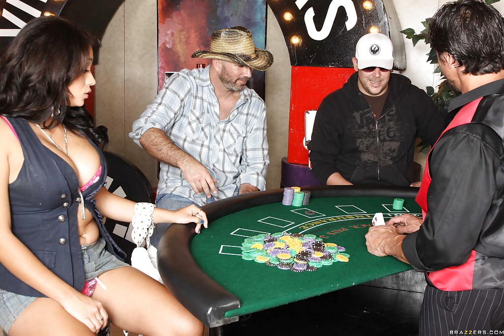 Горячая латинка в казино насаживается пиздой на член 4 фото