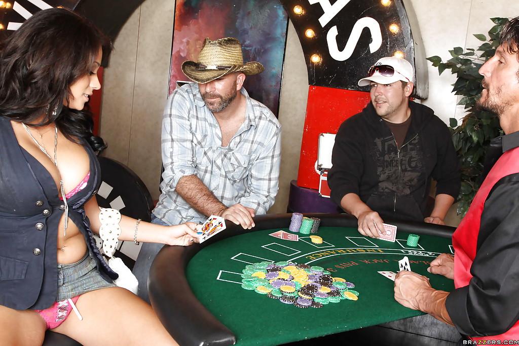 Горячая латинка в казино насаживается пиздой на член 5 фото