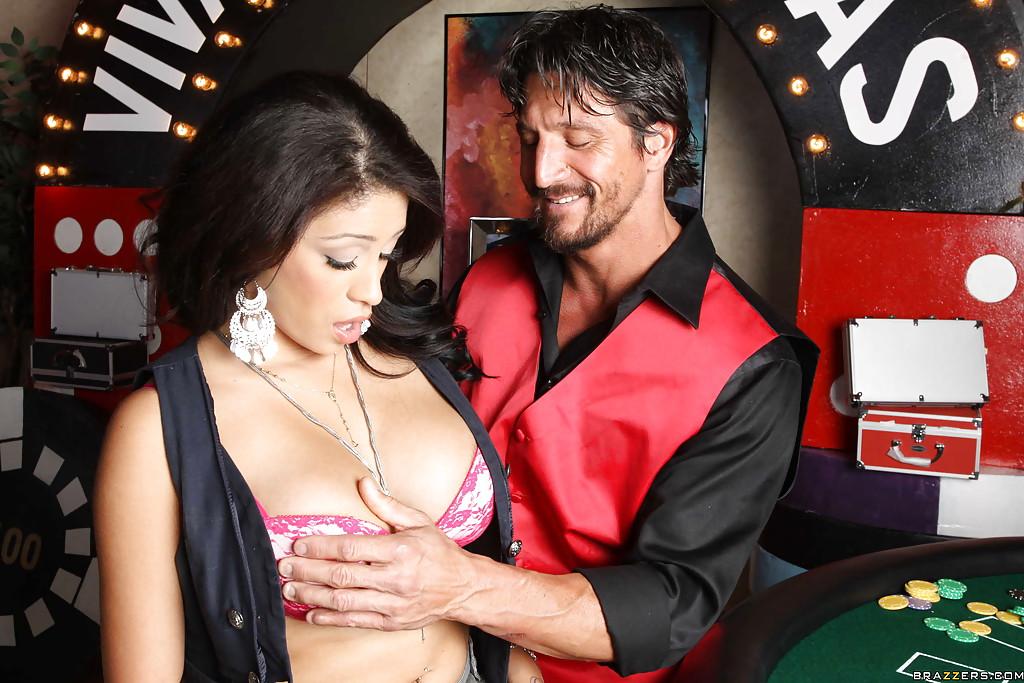 Горячая латинка в казино насаживается пиздой на член 6 фото