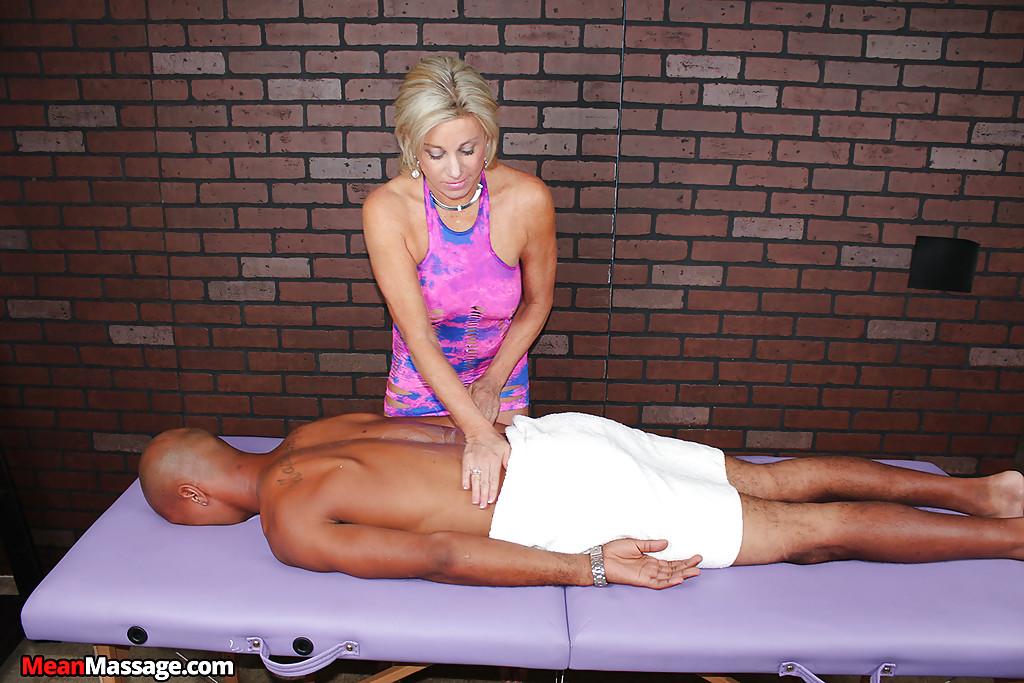 Зрелая массажистка на сеансе дрочит член негра 1 фото