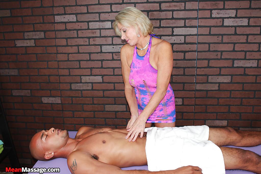 Зрелая массажистка на сеансе дрочит член негра 6 фото