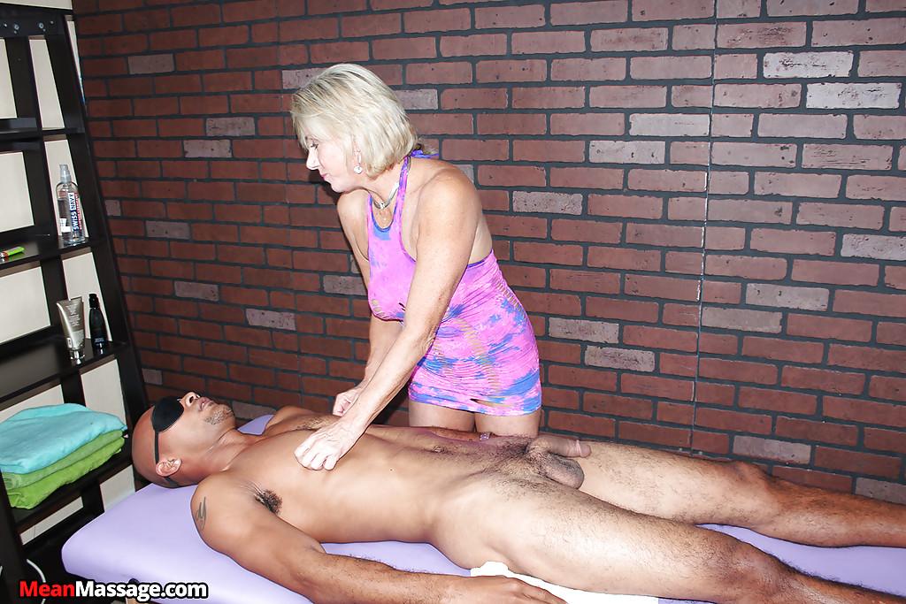 Зрелая массажистка на сеансе дрочит член негра 7 фото