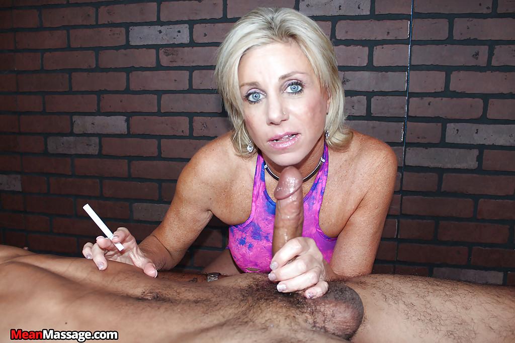 Зрелая массажистка на сеансе дрочит член негра 11 фото