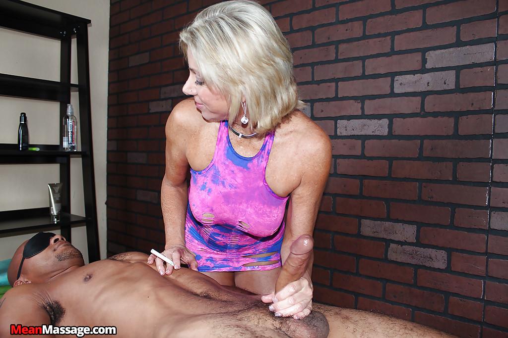 Зрелая массажистка на сеансе дрочит член негра 14 фото