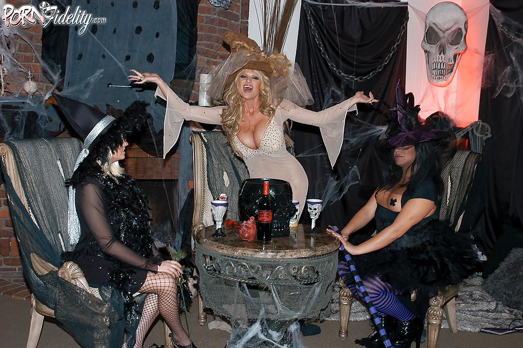 Секс втроем с двумя зрелыми ведьмочками во время Хеллоуина 1 фото