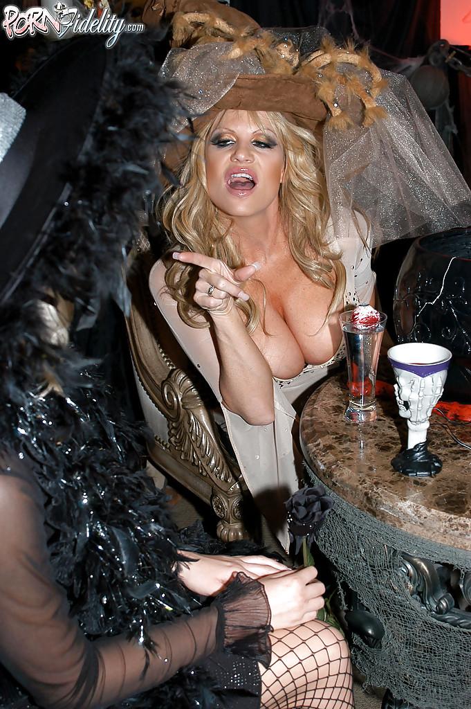 Секс втроем с двумя зрелыми ведьмочками во время Хеллоуина 2 фото