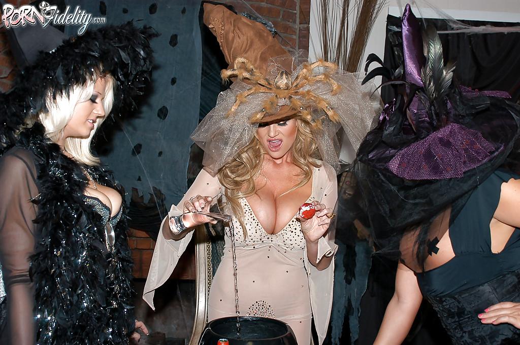 Секс втроем с двумя зрелыми ведьмочками во время Хеллоуина 3 фото