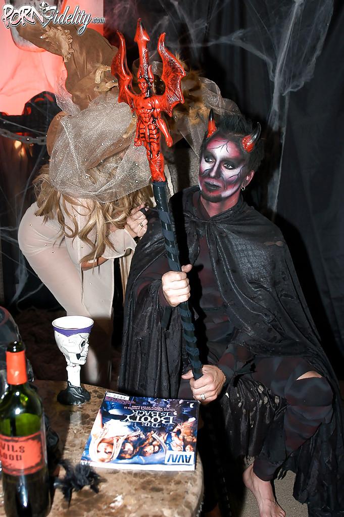 Секс втроем с двумя зрелыми ведьмочками во время Хеллоуина 5 фото